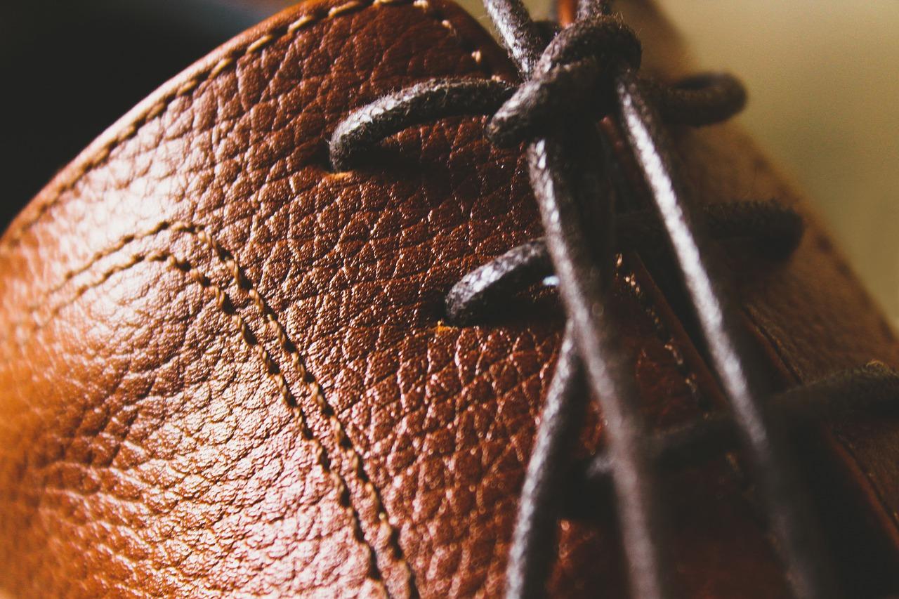 Como combinar sapatos marrons para homens?